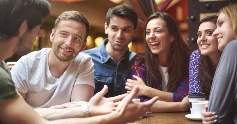 Como é bom observar a conversa dos jovens da mesa ao lado