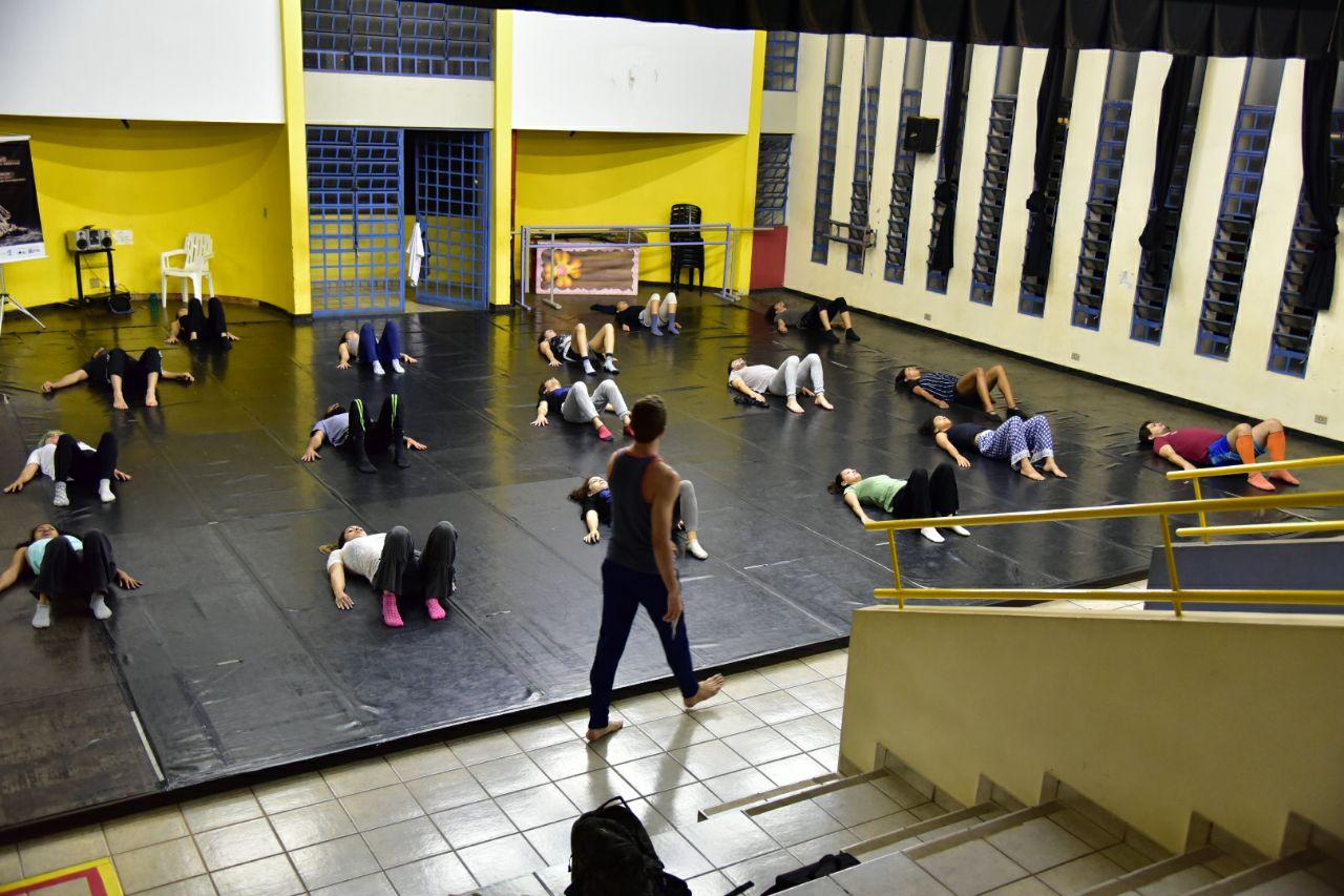 Bailarino João Paulo Gross oferece oficinas gratuitas da técnica Gyrokinesis®