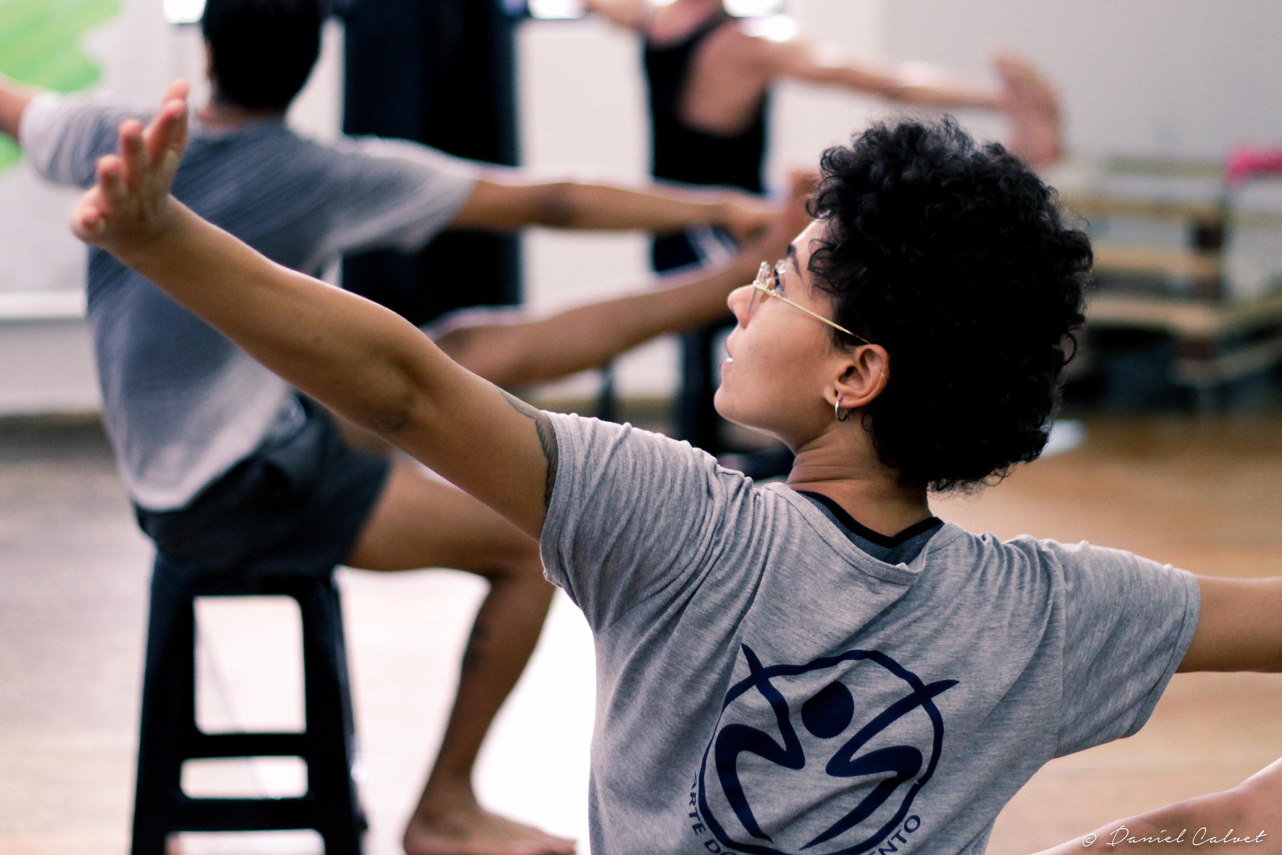 Bailarino João Paulo Gross oferece oficinas gratuitas da técnica Gyrokinesis® para idosos e pessoas com de Síndrome de Down