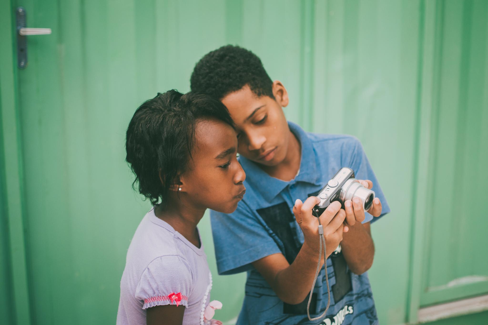 Projeto internacional de fotografia contempla crianças de comunidade em Aparecida de Goiânia