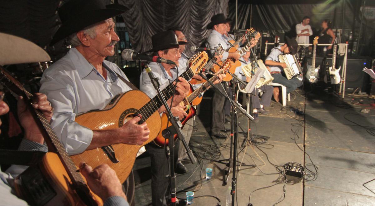 Orquestra de Violeiros de Anápolis canta ofolclore goiano no Teatro Sesi
