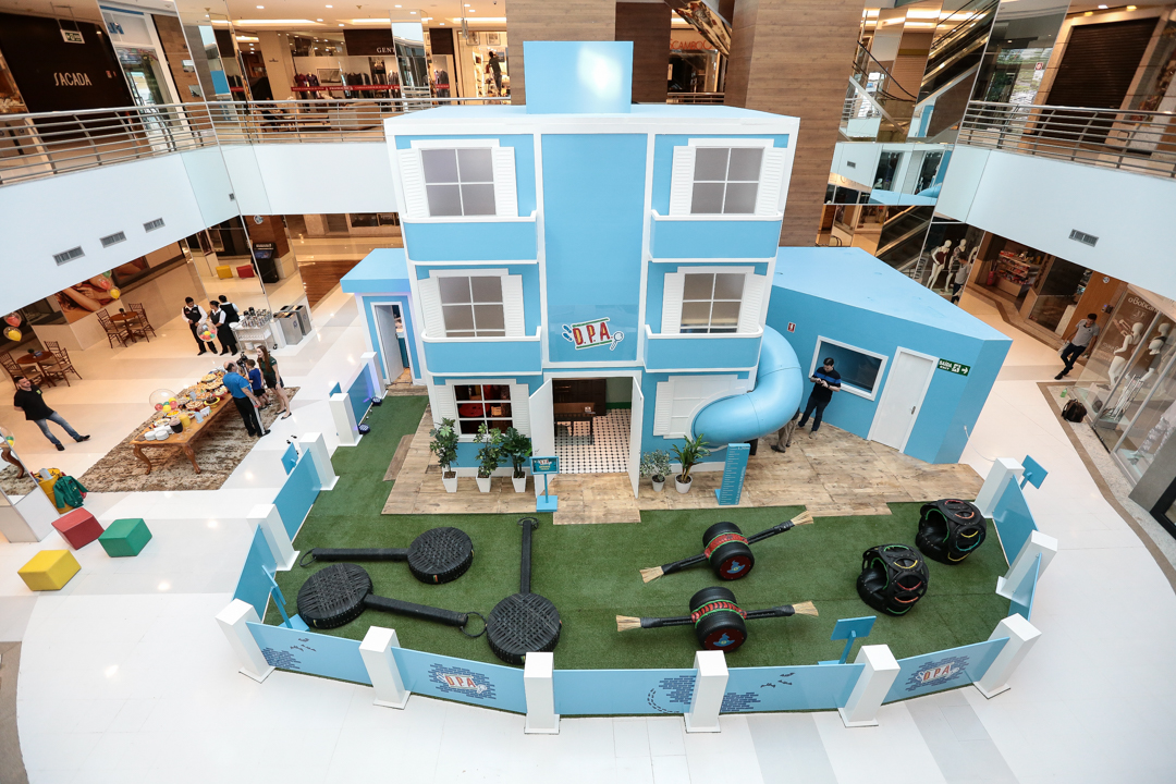 Atores da série 'Detetives do Prédio Azul' têm encontro com crianças em shopping de Goiânia