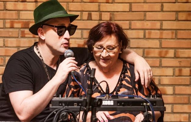 Humorista Paulo Gustavo divide palco com sua mãe em Goiânia