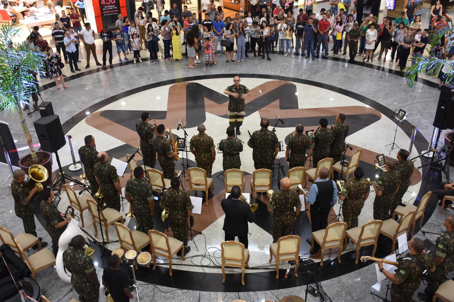 Banda do Exército se apresenta no Flamboyant em comemoração a Semana do Exército
