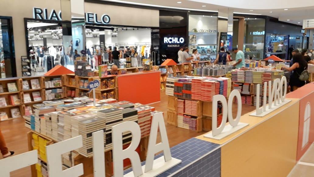 Feira do Livro no Shopping Cerrado tem obras de diversos gêneros a partir de R$ 5