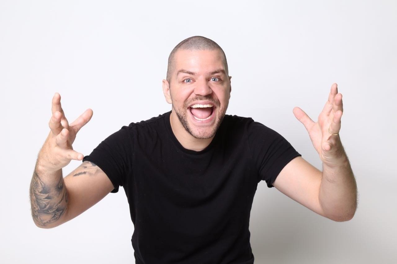 Victor Sarro apresenta stand up em pub de Goiânia