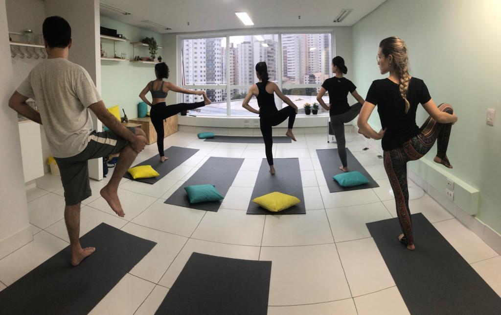 Galeria de arte oferece aula gratuita de hatha yoga em Goiânia