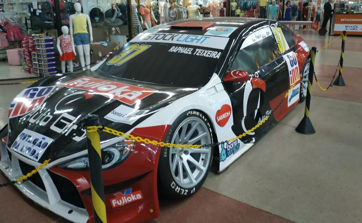 Réplica de carro da Stock Car Light atrai olhares em shopping de Goiânia