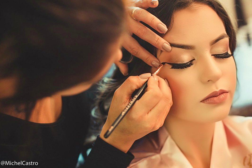 Camila Campos ministra curso de maquiagem profissional em parceria com M.A.C Cosmetics
