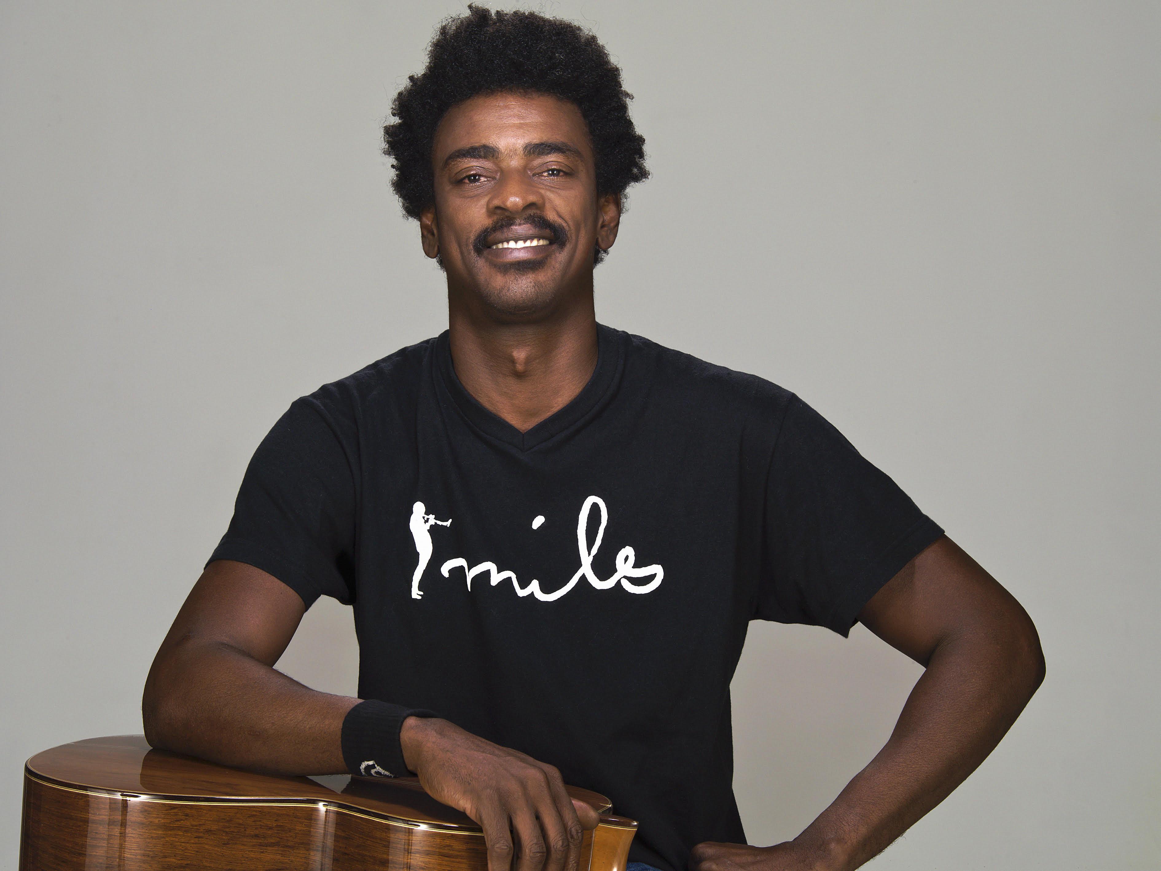 Seu Jorge apresenta a turnê 'Voz e Violão' no Centro de Convenções da PUC Goiás