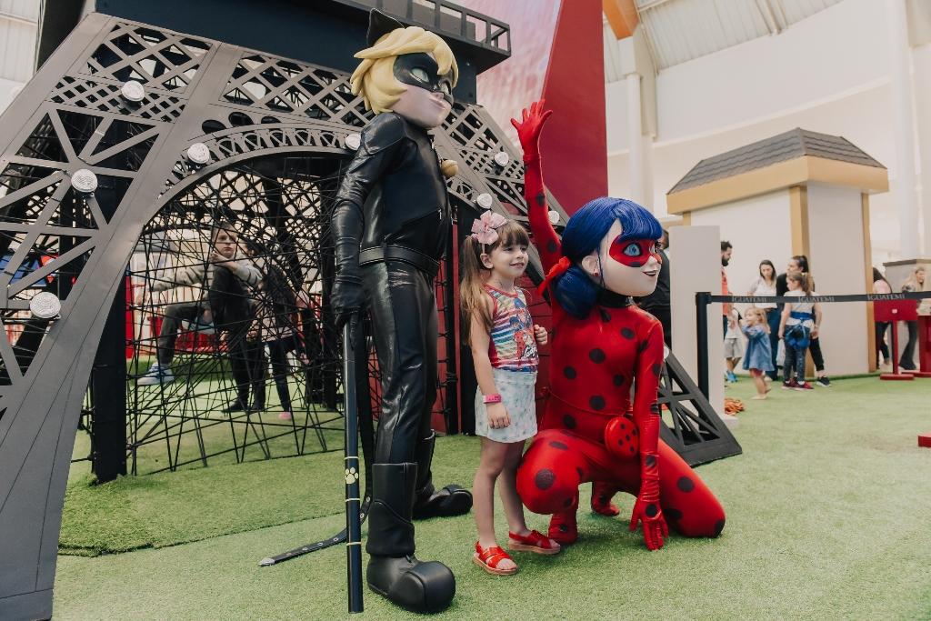 Personagens oficiais de Ladybug e Cat Noir fazem encontros com fãs, no Goiânia Shopping